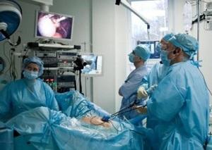 В клинике «Обериг» впервые в Украине проведена уникальная операция: врачи удалили кисту через пупок