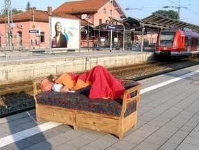 Пьяного немца прямо на диване отправили поездом в Мюнхен