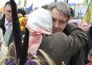 Ъ: Во Львовской области две женщины кинулись целовать Ющенко руки