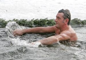 Ющенко искупался в крещенской воде