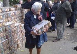 В Одессе кандидат в горсовет раздавал избирателям консервы