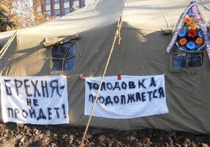 Донецкая милиция начала сносить последнюю палатку чернобыльцев