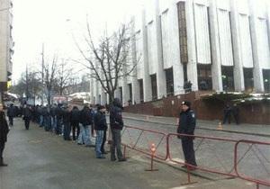 Милиция оградила металлическими щитами территорию возле Украинского дома