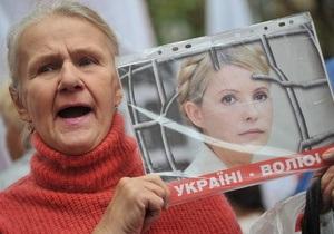 В Харькове возле суда под проливным дождем начинают собираться сторонники и противники Тимошенко