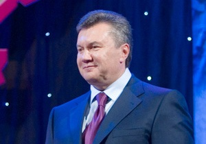 Львовские десантники подарили Януковичу берет и тельняшку