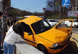 В Киеве Dacia въехала в пешеходный переход и сбила девушку