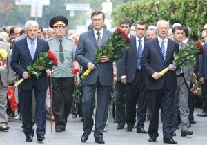 Янукович возложил цветы к памятникам Шевченко и Грушевскому