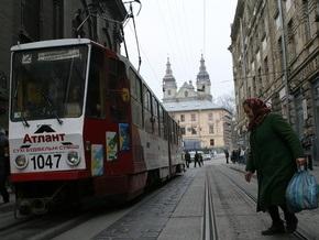 Во Львове под трамвайными путями образовалась огромная яма