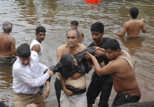 В Индии опрокинулась лодка с десятками пассажиров: 25 человек погибли