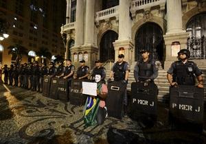 В бразильском городе Белем демонстрант бросил бомбу в здание мэрии