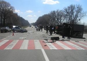 В Киевской области легковой автомобиль врезался в грузовик: погибли четверо человек