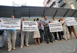 Молодые регионы пикетировали гостиницу, в которой живет немецкий врач Тимошенко
