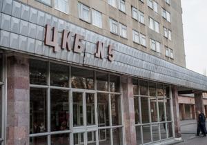 На территорию больницы, где лечат Тимошенко, прибыли три автозака и скорая помощь