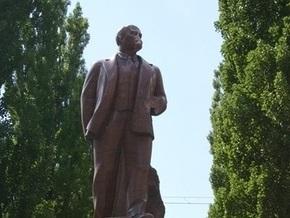 Поврежденный памятник Ленину в Киеве демонтируют