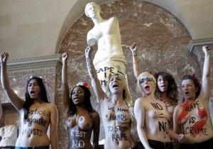 В Париже полуголые активистки FEMEN оккупировали статую Венеры