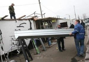 СМИ: Предприниматели помешали властям снести киоски на киевском авторынке