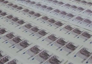 Евро закрывает межбанк у годовых минимумов