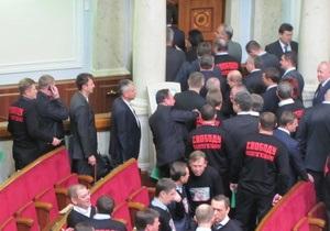Первая потасовка: оппозиционеры вытолкали Табаловых из зала заседаний парламента