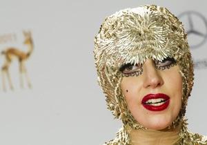 Секретарь Lady Gaga подала на нее в суд за  кабальные условия  работы