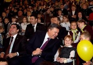 Янукович побывал в цирке