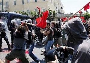 Демонстранты атаковали здание Минфина Греции