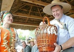 Янукович посвятил Сорочинскую ярмарку 65-ой годовщине победы в войне