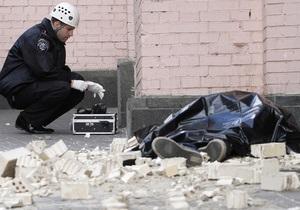 Фотогалерея: Осторожно, стена. В центре Киева упавшая стена убила прохожего