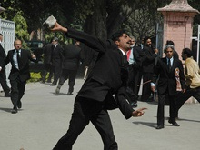 В Пакистане самую большую биржу страны забросали камнями
