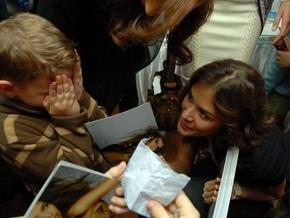 Самая красивая девушка вселенной встретилась с детьми в Киеве