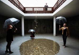 Посетители российского павильона на биеннале в Венеции попадают под золотой дождь