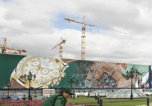 В Москве строительный кран завалился на здание роддома