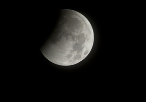 Вспышки на Солнце разрушают поверхность Луны