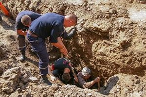 В Тернополе спасены два работника, на которых обвалился грунт