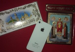 Наместник Лавры вернул журналистке Корреспондента iPhone с шоколадкой и иконкой