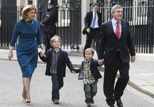 Гордон Браун подал в отставку с поста премьер-министра Великобритании