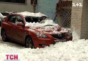 В центре Киева снежная глыба раздавила автомобиль