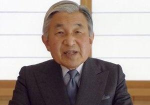 В Токио полуголый мужчина приплыл на встречу к императору