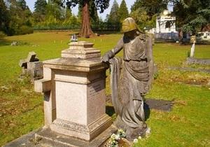 Тело Березовского уже доставили на кладбище Бруквуд. Началась церемония отпевания