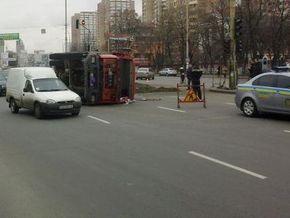 В центре Киева перевернулся грузовик с черноземом