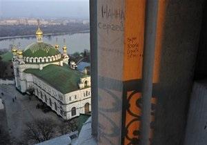 Азаров пообещал очистить территорию Киево-Печерской Лавры от посторонних организаций