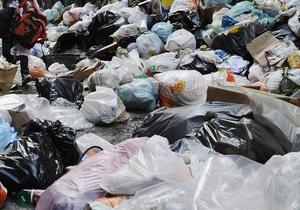 Киевляне сделали из пластиковых бутылок десятиметрового дракона