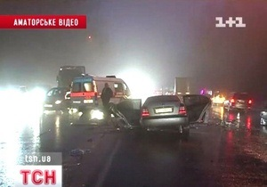 ДТП под Киевом: легковой автомобиль залетел под фуру рядом с постом ГАИ