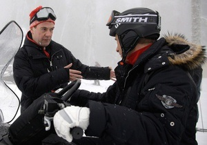 Фотогалерея: Медведев с Путиным на лыжах и снегоходах