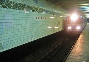 Пассажир, попавший сегодня под поезд в киевском метро, погиб