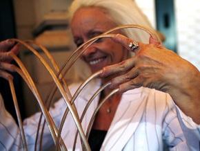 Обладательница самых длинных ногтей в мире сломала их