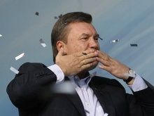 Януковичу в Луганске подарили саблю