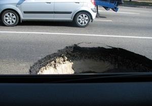 КГГА пообещала до конца дня ликвидировать яму на дороге возле моста Патона