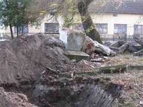 Во Львовской области снесли памятник советским воинам
