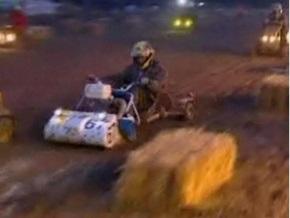 Британские гонщики на газонокосилках застряли в грязи