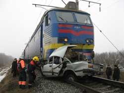 Под Черниговом в поезд врезался автомобиль: двое погибших